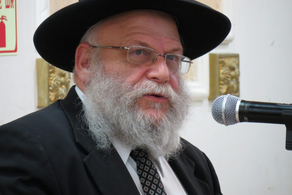 Rav Malinowitz speaking at the BTYA Melaveh Malkah